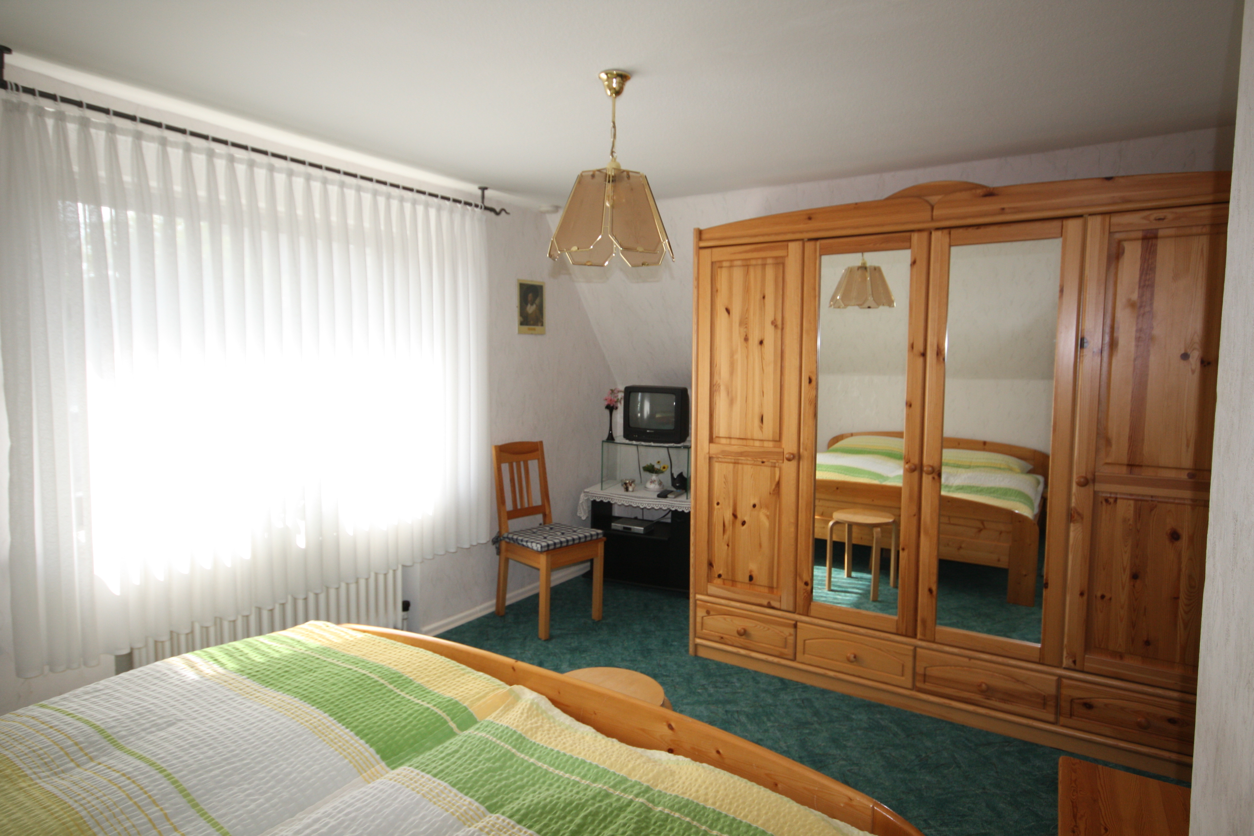 Ein Helles Schlafzimmer Mit Doppelbett, Kleiderschrank Mit Kleiderbügel,  SAT TV, Radiowecker, Bügeleisen Und Bügelbrett. Kinderbett Kann  Hinzugestellt ...